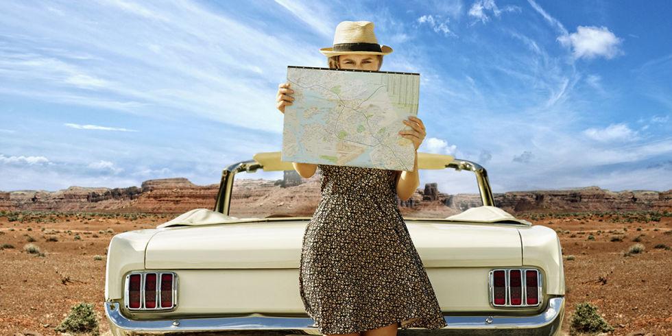 Viaggiatrice con auto - viaggiatore